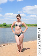 Молодая женщина на берегу реки. Стоковое фото, фотограф Юрий Морозов / Фотобанк Лори