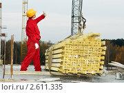 Купить «Рабочий подает знак крановщику на стройке», фото № 2611335, снято 16 декабря 2017 г. (c) Дмитрий Калиновский / Фотобанк Лори