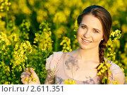 Купить «Портрет красивой девушки в поле желтых цветов», фото № 2611351, снято 7 октября 2018 г. (c) Дмитрий Калиновский / Фотобанк Лори