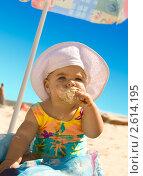 Купить «Маленькая девочка в шляпке ест мороженое на пляже», фото № 2614195, снято 25 августа 2010 г. (c) Станислав Стасюк / Фотобанк Лори