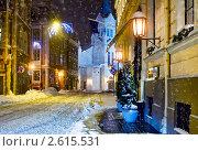 Купить «Ночная улочка перед Рождеством в городе Риге», фото № 2615531, снято 12 декабря 2010 г. (c) Alexander Tihonovs / Фотобанк Лори