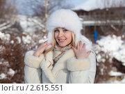Девушка в зимней одежде на прогулке зимой. Стоковое фото, фотограф Маргарита Бородина / Фотобанк Лори