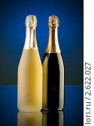 Две бутылки игристого вина на столе. Стоковое фото, фотограф Elnur / Фотобанк Лори