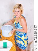 Купить «Девушка погрела воды чтобы помыть посуду. Нет горячей воды.», фото № 2629647, снято 30 июня 2011 г. (c) Типляшина Евгения / Фотобанк Лори