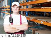 Купить «Рабочий на складе», фото № 2629835, снято 15 сентября 2019 г. (c) Дмитрий Калиновский / Фотобанк Лори