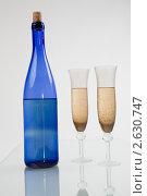 Бутылка синяя с двумя бокалами. Стоковое фото, фотограф Александр Кадацкий / Фотобанк Лори