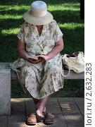 Купить «Пожилая женщина в соломенной шляпке босая в парке читает книгу сидя на скамейке», фото № 2632283, снято 24 июня 2011 г. (c) Олег Пчелов / Фотобанк Лори