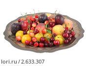 Купить «Ассорти из фруктов на подносе на белом фоне», фото № 2633307, снято 2 июля 2011 г. (c) Наталья Волкова / Фотобанк Лори