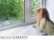 Купить «Грустная девочка у окна», фото № 2634815, снято 2 июля 2011 г. (c) Икан Леонид / Фотобанк Лори