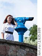Красивая девушка смотрит в телескоп. Стоковое фото, фотограф Иван Губанов / Фотобанк Лори