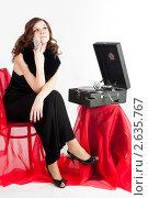 Купить «Симпатичная девушка сидит у патефона», фото № 2635767, снято 10 апреля 2011 г. (c) Сергей Буторин / Фотобанк Лори