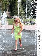 Девочка играет на фонтане. Стоковое фото, фотограф Елена Сикорская / Фотобанк Лори