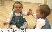 Купить «Ребенок играет со своим отражением», видеоролик № 2644759, снято 31 октября 2009 г. (c) Алексей Кузнецов / Фотобанк Лори