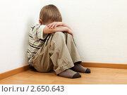 Купить «Семейный конфликт - наказанный родителями маленький мальчик плачет в углу», фото № 2650643, снято 20 июня 2011 г. (c) Илья Андриянов / Фотобанк Лори