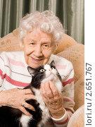 Купить «Пожилая женщина с кошкой сидит на диване», фото № 2651767, снято 14 ноября 2018 г. (c) Воронин Владимир Сергеевич / Фотобанк Лори