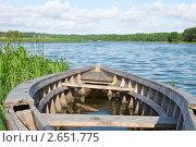 Деревянная лодка на озере. Стоковое фото, фотограф Сергей Жинко / Фотобанк Лори