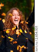 Купить «Девушка в осеннем парке», фото № 2654931, снято 19 марта 2019 г. (c) Сергей Петерман / Фотобанк Лори