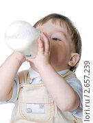 Купить «Малыш пьет молоко из бутылочки», фото № 2657239, снято 12 июля 2011 г. (c) RedTC / Фотобанк Лори