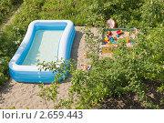 Купить «Большой надувной детский бассейн на даче», фото № 2659443, снято 30 июня 2011 г. (c) Сергей Дубров / Фотобанк Лори