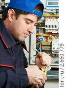 Купить «Электрик у электрического щитка», фото № 2660779, снято 17 июня 2019 г. (c) Дмитрий Калиновский / Фотобанк Лори
