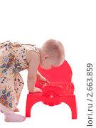 Маленькая девочка заглядывает в горшок. Стоковое фото, фотограф Камалетдинов Ринат Хусаенович / Фотобанк Лори