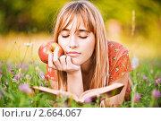 Купить «Девушка лежит в цветах читая книгу», фото № 2664067, снято 19 августа 2019 г. (c) BestPhotoStudio / Фотобанк Лори