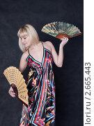 Девушка с веерами на черном фоне. Стоковое фото, фотограф Шарипова Лилия / Фотобанк Лори