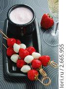 Купить «Клубника с моцареллой на шпажках с йогуртовым соусом», фото № 2665955, снято 30 июня 2011 г. (c) Светлана Зарецкая / Фотобанк Лори