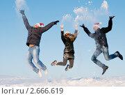 Группа прыгающих молодых людей зимой. Стоковое фото, фотограф Дмитрий Калиновский / Фотобанк Лори