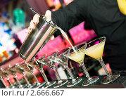 Купить «Бармен разливает коктейль из шейкера», фото № 2666667, снято 6 июля 2018 г. (c) Дмитрий Калиновский / Фотобанк Лори