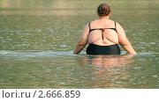 Полная женщина заходит в реку. Стоковое видео, видеограф Михаил Коханчиков / Фотобанк Лори
