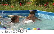 Купить «Дети играют в бассейне», видеоролик № 2674347, снято 23 июля 2011 г. (c) Алексей Кузнецов / Фотобанк Лори