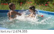 Купить «Дети играют в бассейне», видеоролик № 2674355, снято 23 июля 2011 г. (c) Алексей Кузнецов / Фотобанк Лори