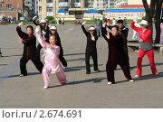Утренняя гимнастика в Китае (город Суйфэньхэ, провинция Хэйлудзян) (2011 год). Редакционное фото, фотограф Сергей Флоренцев / Фотобанк Лори