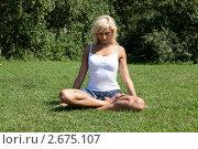 Купить «Девушка выполняет гимнастическое упражнения на траве», фото № 2675107, снято 21 июля 2011 г. (c) Михаил Иванов / Фотобанк Лори