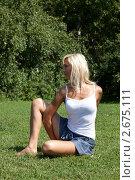 Купить «Девушка выполняет гимнастическое упражнения на траве», фото № 2675111, снято 21 июля 2011 г. (c) Михаил Иванов / Фотобанк Лори