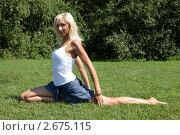 Купить «Девушка выполняет гимнастическое упражнения на траве», фото № 2675115, снято 21 июля 2011 г. (c) Михаил Иванов / Фотобанк Лори