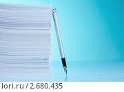 Купить «Ручка опирается на стопку бумаг», фото № 2680435, снято 27 мая 2011 г. (c) Сергей Новиков / Фотобанк Лори
