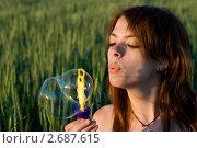 Девушка пускает мыльные пузыри. Стоковое фото, фотограф Ксения Кузнецова / Фотобанк Лори
