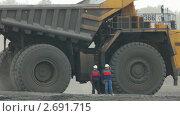 Карьерный грузовик проезжает мимо. Стоковое видео, видеограф Павел Меняйло / Фотобанк Лори