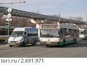 Купить «Общественный транспорт едет на зеленый свет», эксклюзивное фото № 2691971, снято 21 апреля 2011 г. (c) Алёшина Оксана / Фотобанк Лори