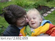 Купить «Отец целует малыша», фото № 2692659, снято 4 июля 2009 г. (c) Оксана Лычева / Фотобанк Лори