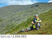Купить «Девушка-путешественник с термосом на природе», фото № 2694983, снято 17 июля 2011 г. (c) Яков Филимонов / Фотобанк Лори
