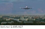 Самолет Boeing 747 над городом (2011 год). Редакционное видео, видеограф Игорь Тирский / Фотобанк Лори