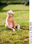 Купить «Малышка сидит на траве», фото № 2704391, снято 3 июля 2011 г. (c) Катерина Макарова / Фотобанк Лори