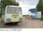 Купить «Торжок. Автобус на остановке, у которой торгуют искусственными цветами», эксклюзивное фото № 2709327, снято 23 июля 2011 г. (c) Ирина Фирсова / Фотобанк Лори