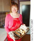 Купить «Женщина держит скумбрию с клюквой», фото № 2711847, снято 18 февраля 2011 г. (c) Яков Филимонов / Фотобанк Лори