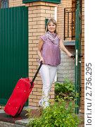 Купить «Девушка с багажом возле калитки дома», фото № 2736295, снято 17 июня 2019 г. (c) Яков Филимонов / Фотобанк Лори