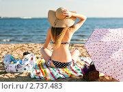 Купить «Девушка на пляже в шляпе», фото № 2737483, снято 3 августа 2011 г. (c) Даша Богословская / Фотобанк Лори