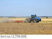 Полевые работы. Трактор боронит поле (2011 год). Редакционное фото, фотограф Дмитрий Куш / Фотобанк Лори